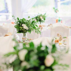 Dekoracje stołów dla gości