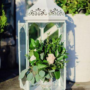 Lampion na mostku z kwiatową dekoracją