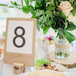 Numer stołu i kompozycja na stole gości