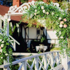 Pergola na mostku z kwiatową dekoracją
